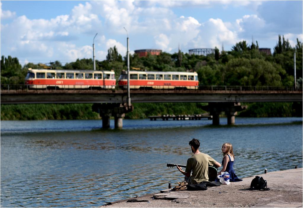 Na początkowym odcinku trasy krzyworoski szybki tramwaj biegnie mostem nad jeziorem - to jedyne fotogeniczne miejsce na trasie, bo wszędzie indziej tory oddzielone są od świata wysokim płotem.