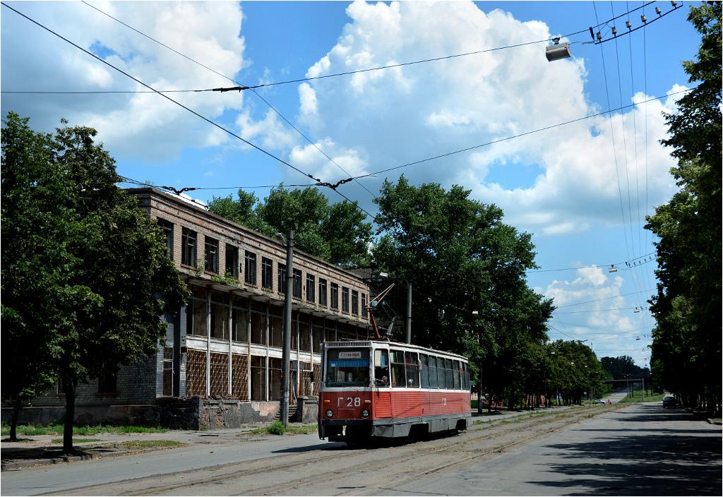 Tramwaj w centrum dzielnicy Inguleckiej - jednej z wielu składowych rozciągniętego miasta