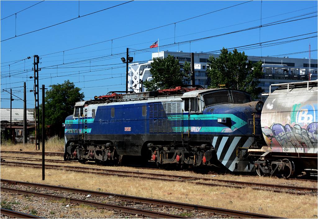 Talca - oprócz linii do Constitución, przez miasto przechodzi też główna chilijska magistrala kolejowa. Na zdjęciu jedna z lokomotyw ciągnących pociągi towarowe