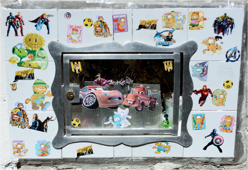 Marzenie każdego chłopczyka - grób ozdobiony autami i Garfieldem