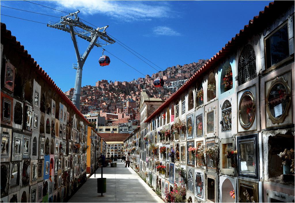 Cmentarz miejski w La Paz położony jest pod oddaną niedawno do użytku kolejką linową, łączącą centrum miasta z wysoko położonymi dzielnicami mieszkalnymi