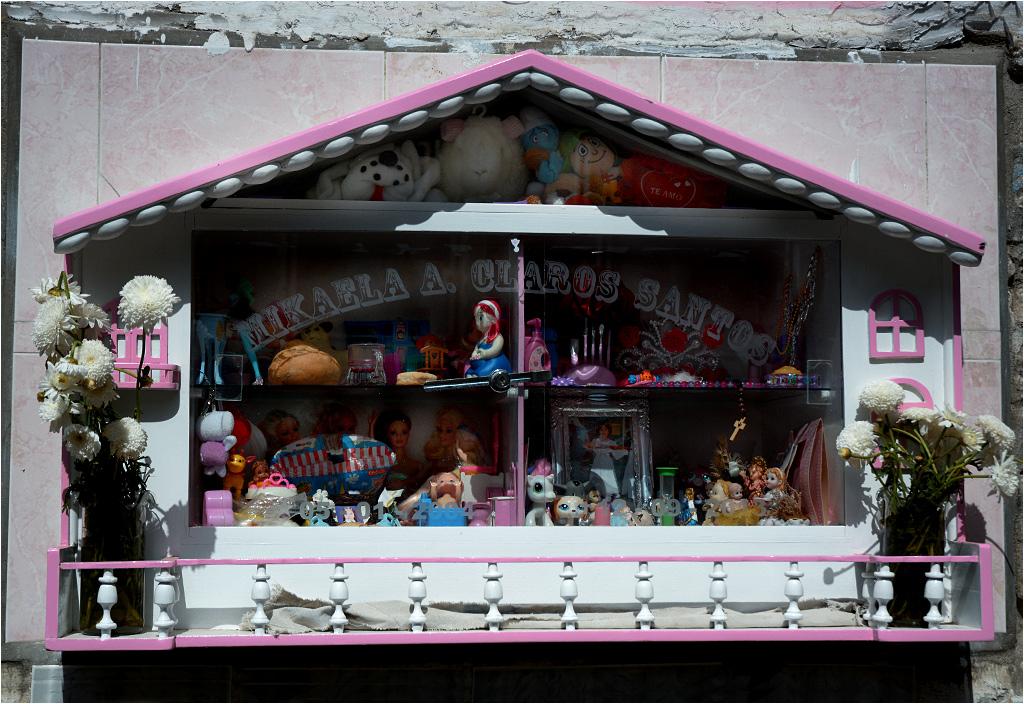 Marzenie każdej dziewczynki - grób w kształcie domku dla lalek