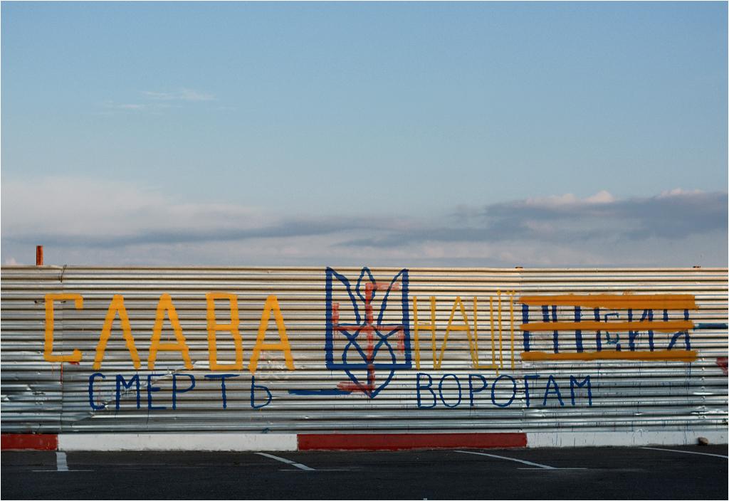 """""""Sława nacji - śmierć wrogom"""". Na ukraińskich murach i płotach trwa propagandowa wojna prorosyjskich i proukraińskich grafficiarzy"""