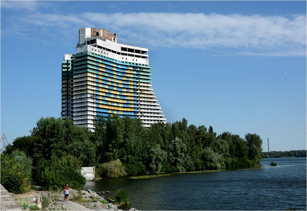 Hotel Żagiel w Dniepropietrowsku - niedokończony budynek pełni obecnie rolę największego godła Ukrainy