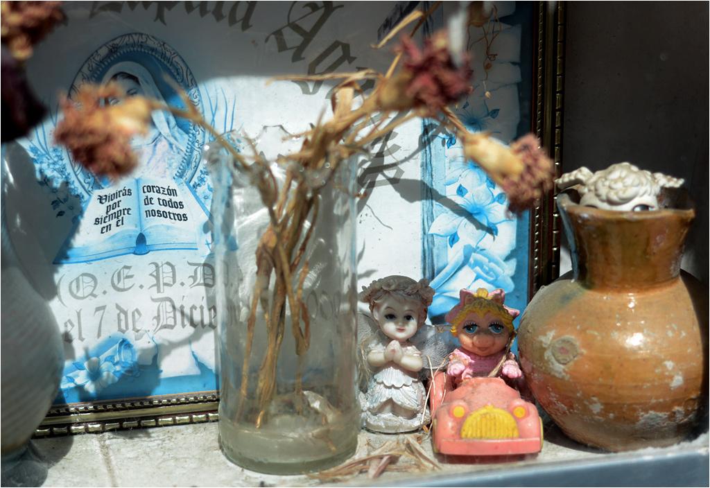 Maria, anioł, świnka Piggy, wystający z wazonu baranek