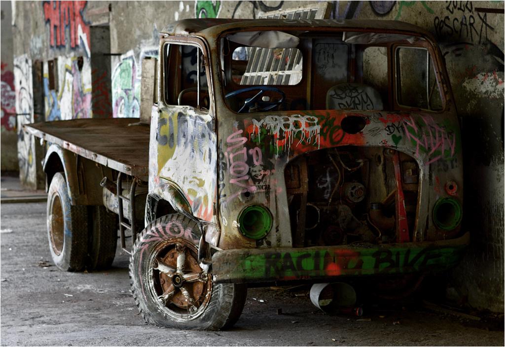 Ciężarówka Officine Meccaniche CL 51 przypomina, że kiedyś we Włoszech obowiązywał ruch lewostronny. Choć oficjalnie zniesiono go w latach 20. XX wieku, nawet trzydzieści lat później prowincja jeździła po lewej stronie drogi