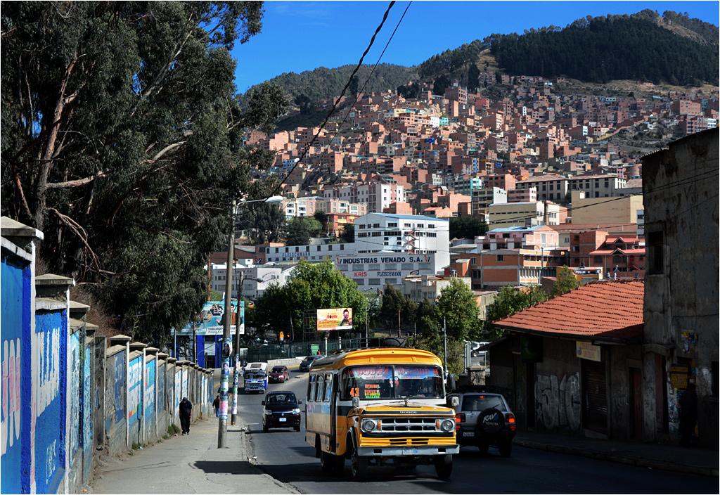 Autobusy nie zawsze są pierwszej młodości, a różnice poziomów, które mają do pokonania, są znaczne. Na fotografii komunikacja miejska w La Paz