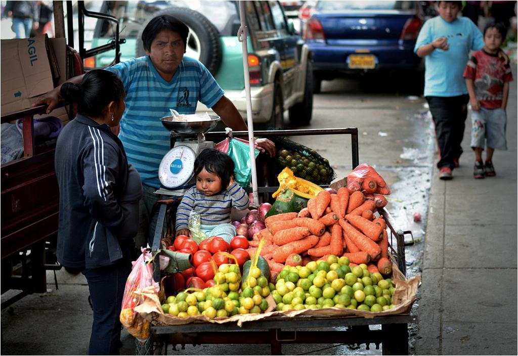 """Dzieci w Ameryce Południowej jest dużo, o wiele więcej niż w Europie. Tu, na targu w Huaraz obowiązuje promocja """"do każdych dwóch kilogramów limonki dziecko gratis""""."""