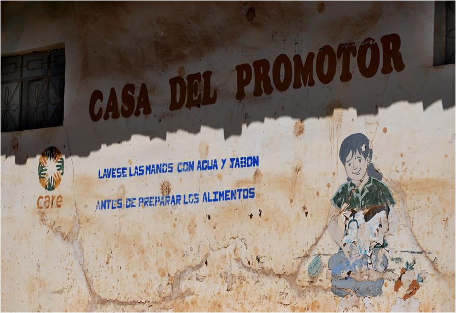 """Napis na ścianie domu głosi """"myj ręce wodą i mydłem przed przygotowaniem posiłku"""". Niewielu Peruwiańczyków stosuje się do tego wezwania"""