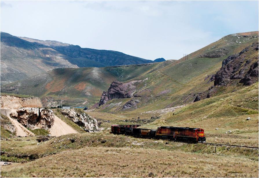 Peru, region Junín. Pociąg prowadzony duetem GE C30M-3 1018+1022 powoli dojeżdża do miejscowości Santa Rosa de Sacco