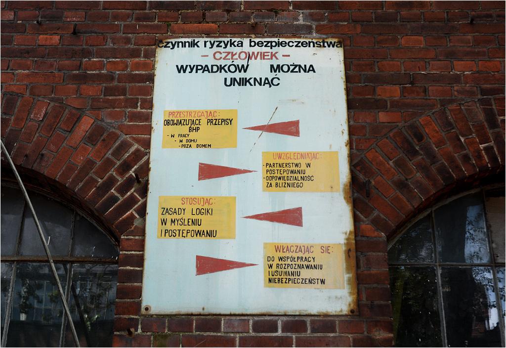 Kolorowe tablice przypominające o przepisach BHP niegdyś zdobiły co drugą ścianę zakładu