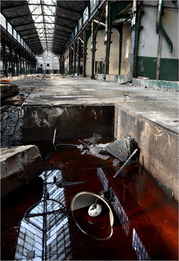 Resztki olejów i mazutów nadal spoczywają w kanałach naprawczych hal