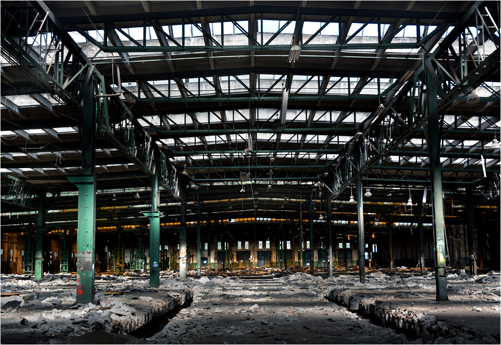 Wnętrze największej hali (stan z września 2015). Jeszcze na początku roku stały tu maszyny