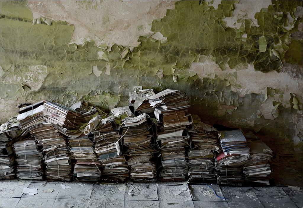 Sterta niepotrzebnych już dokumentów, pozostawionych na podłodze jednego z biur
