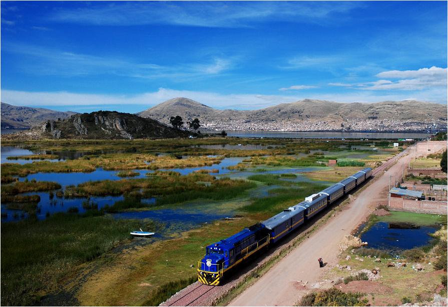 Puno, Peru. Pociąg Peru Rail wyruszył w całodzienną podróż do Cuzco. W tle święte jezioro Titicaca - najwyżej położone żeglowne jezioro świata (3812 m n.p.m.)