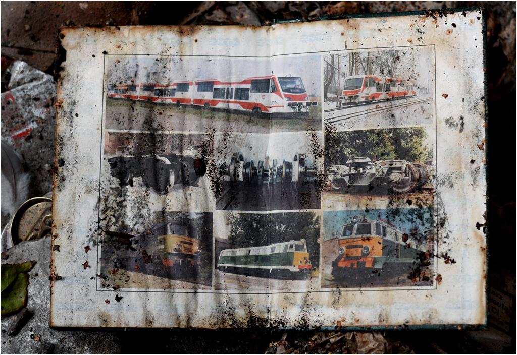 Okładka zniszczonego zakładowego kalendarza przypomina o pojazdach wjeżdżających niegdyś do hal