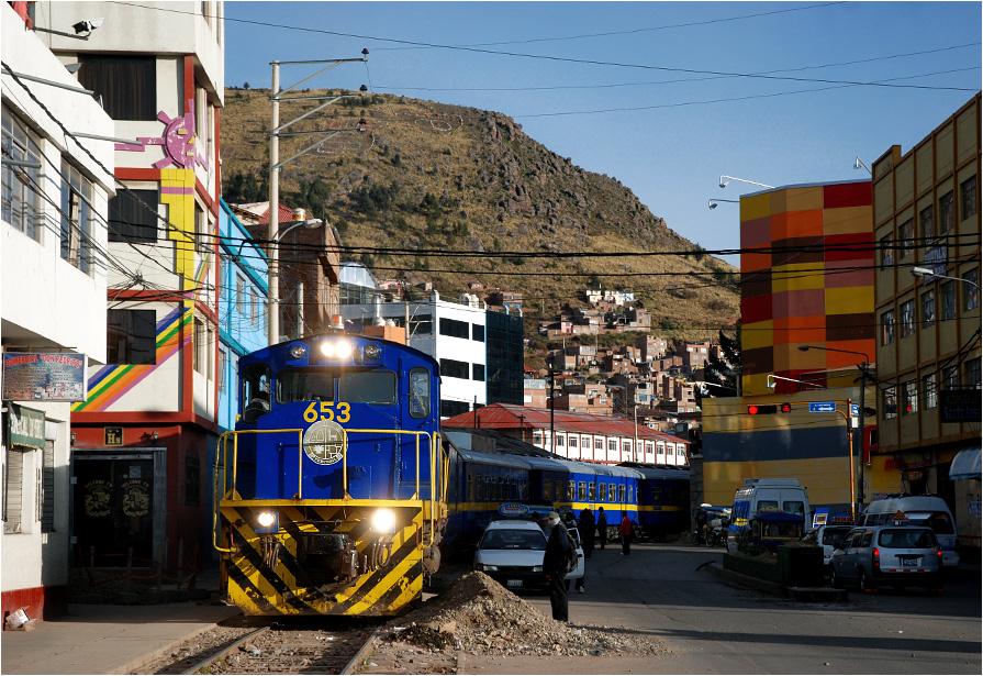 Puno, Peru. Poranne manewry na ulicach miasta przed wyruszeniem w stronę Cuzco