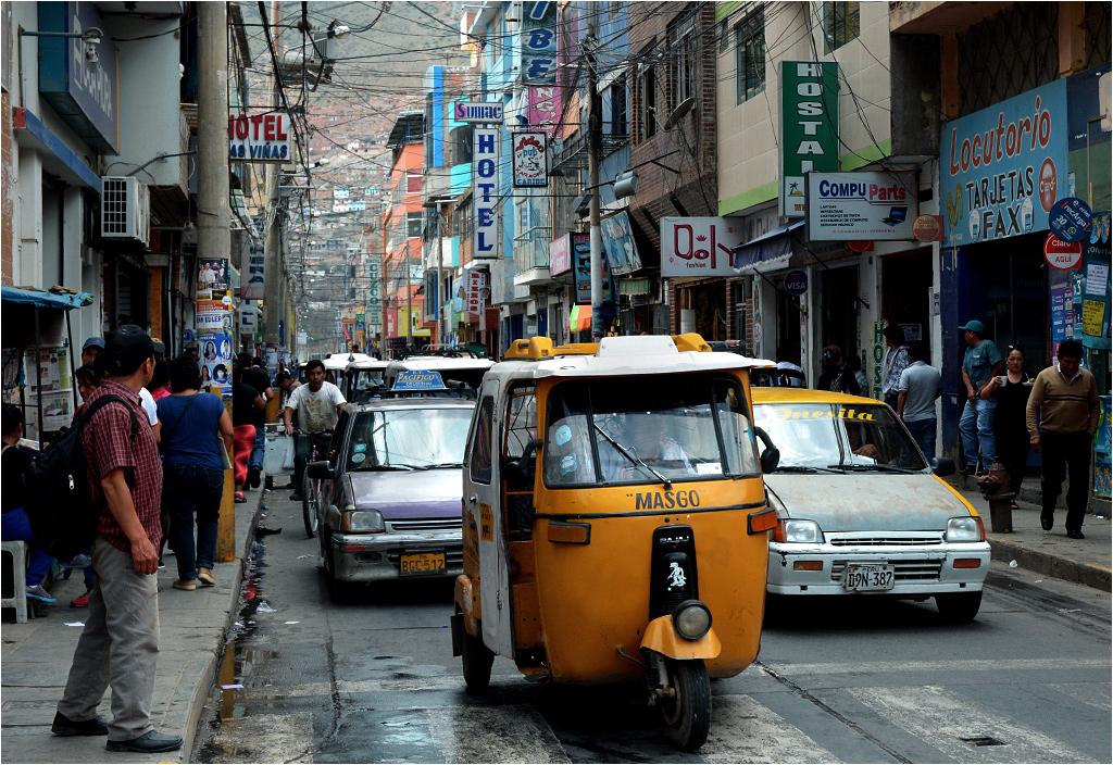 Ruch taksówek w mieście Huánuco. Dobrym sposobem na zaoszczędzenie pieniędzy podczas podróży przez Peru jest korzystanie z motoryksz, tańszych o parę soli od klasycznych samochodów