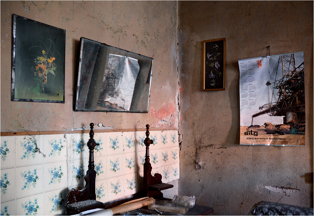 Jedno z trzech zdjęć, jakie udało się zrobić - toaletka i wyblakłe obrazy