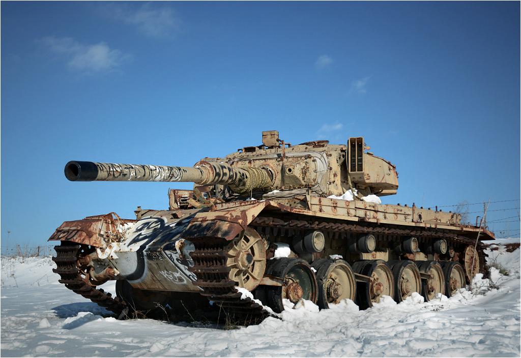 Czołg Centurion pozostawiony koło skrzyżowania dróg