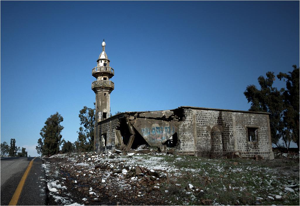 Meczet w Husniya widziany od strony drogi