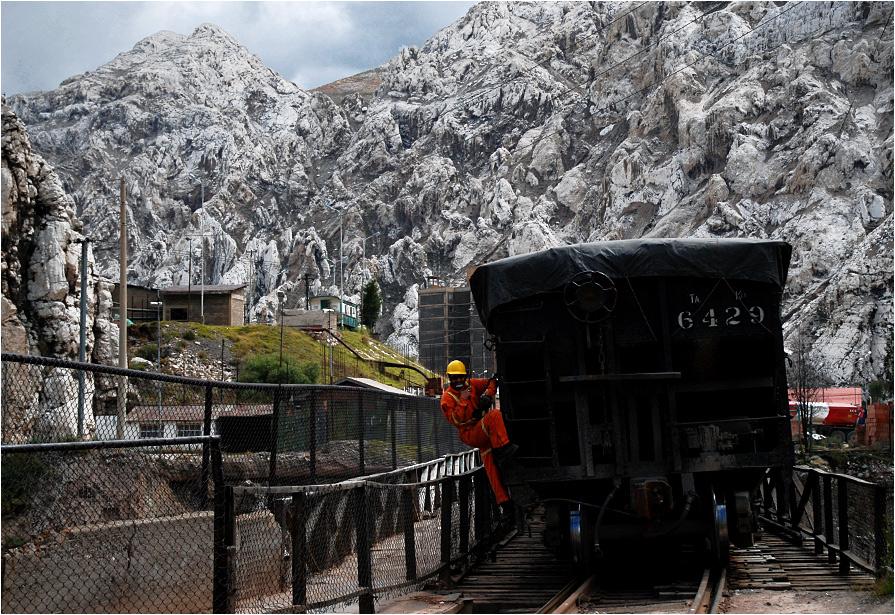 Miasto La Oroya położone jest w wąskiej dolinie między niesamowitymi wapiennymi skałami - tu akurat trwa przetaczanie wagonów na jednym ze ślepych torów