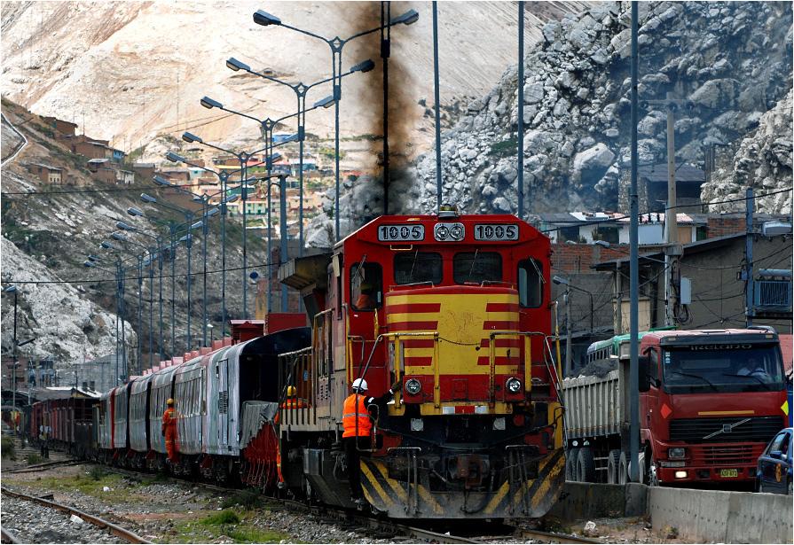 La Oroya, lokomotywa GE C30M-3 1005 manewruje ze składem