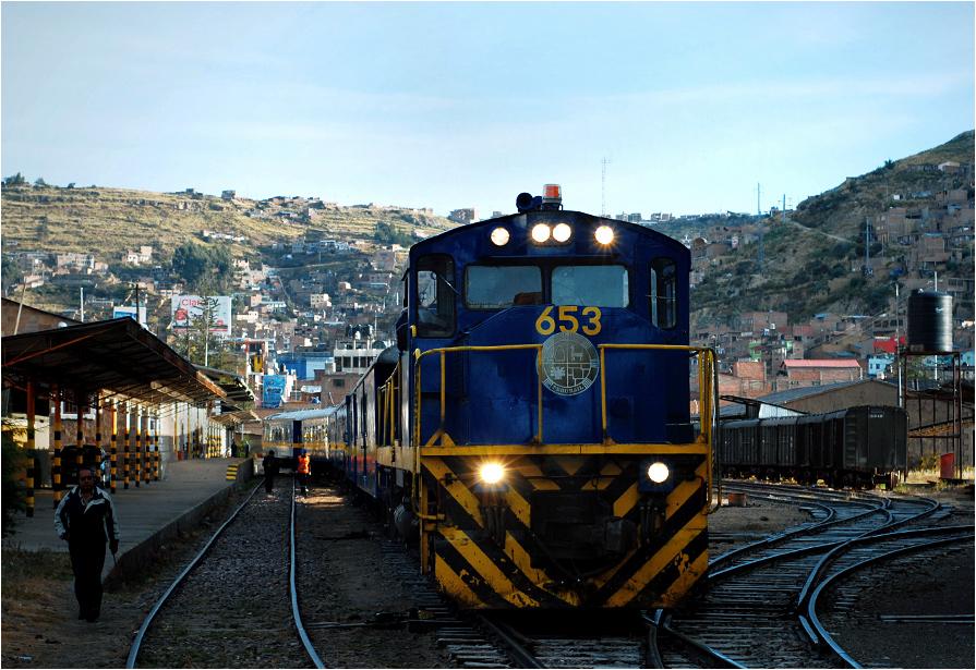 Lokomotywa ALCO DL 560 na stacji w Puno