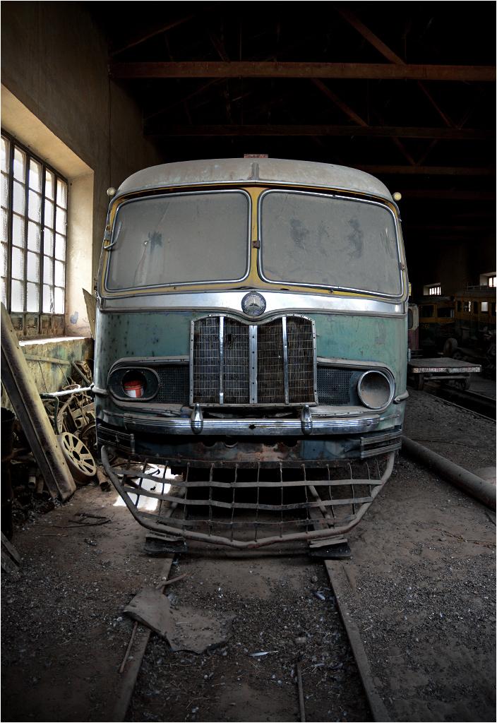 El Tejar (obrzeża Sucre, Boliwia). Po szpiegowsku, przez szparę w drzwiach zapomnianej szopy, można było dostrzec takie zakurzone ciekawostki, jak Mercedes L319 przerobiony na pojazd szynowy