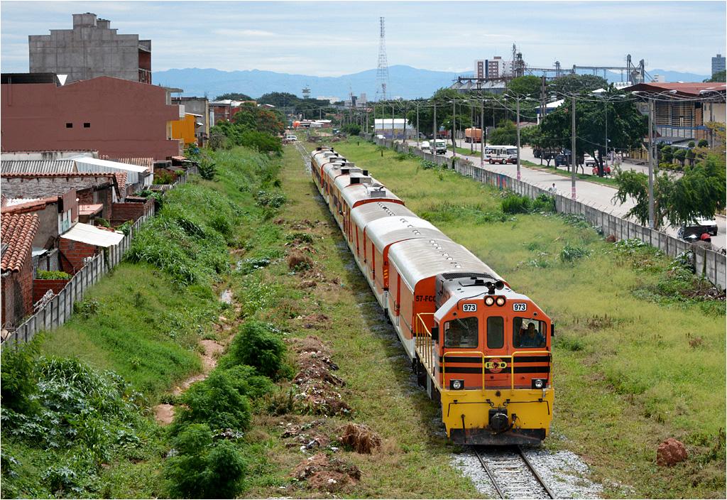 Santa Cruz de la Sierra, Express Wschodni wyrusza do Quijarro (na czele lokomotywa GE U10B #973)