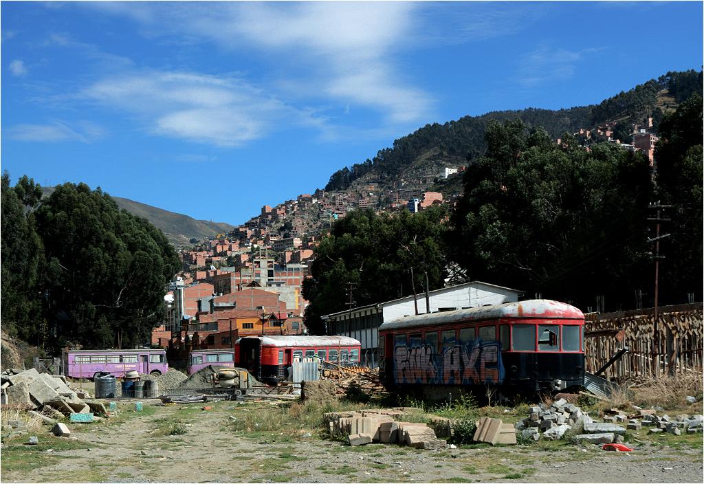 Wraki szynobusów na równi stacyjnej w stolicy Boliwii