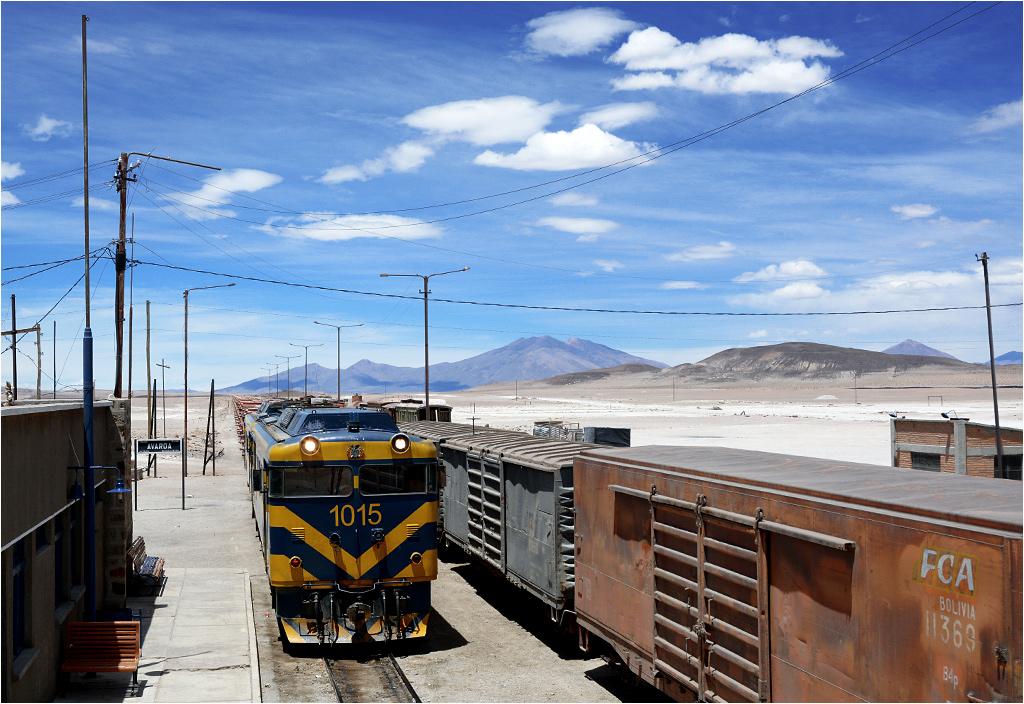 Avaroa, Boliwia. Przewożący rudę cynku pociąg towarowy prowadzony lokomotywą Hitachi-Mitsubishi BFA 32M #1015 dojechał do granicy