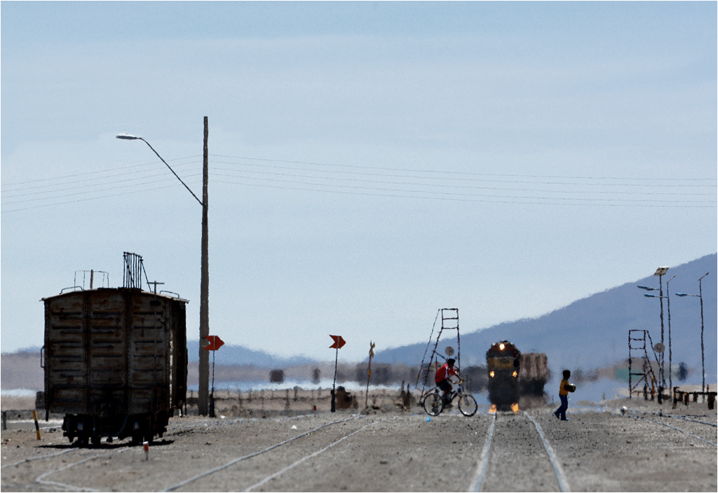 Ollagüe, Chile. Na pustyni Atakama nie ma jeziora, a tory nie są zalane wodą. To, w czym odbija się lokomotywa, to nic innego, jak znana z podróżniczych książek fatamorgana