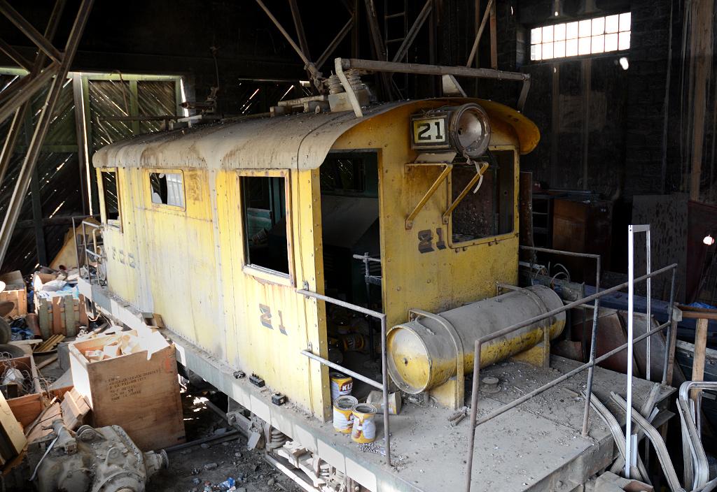 Lokomotywa numer 21, wybudowana przez zakłady J. G. Brill Company w Filadelfii, dogorywa dziś w nieszczelnym hangarze