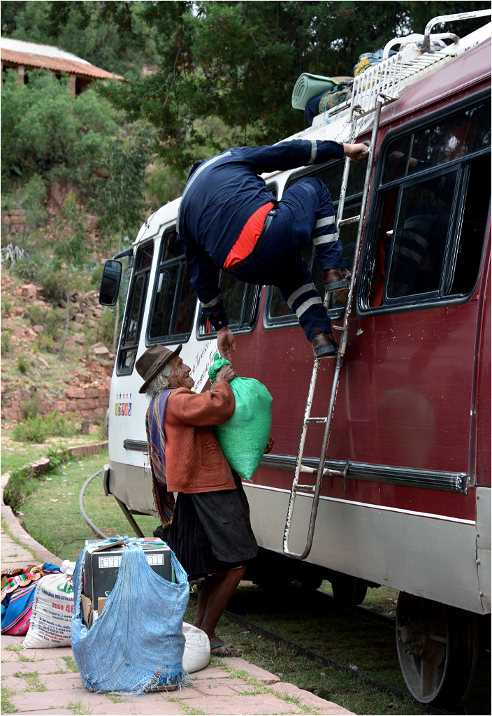 Vila-Vila, trwa załadunek bagażu na dach