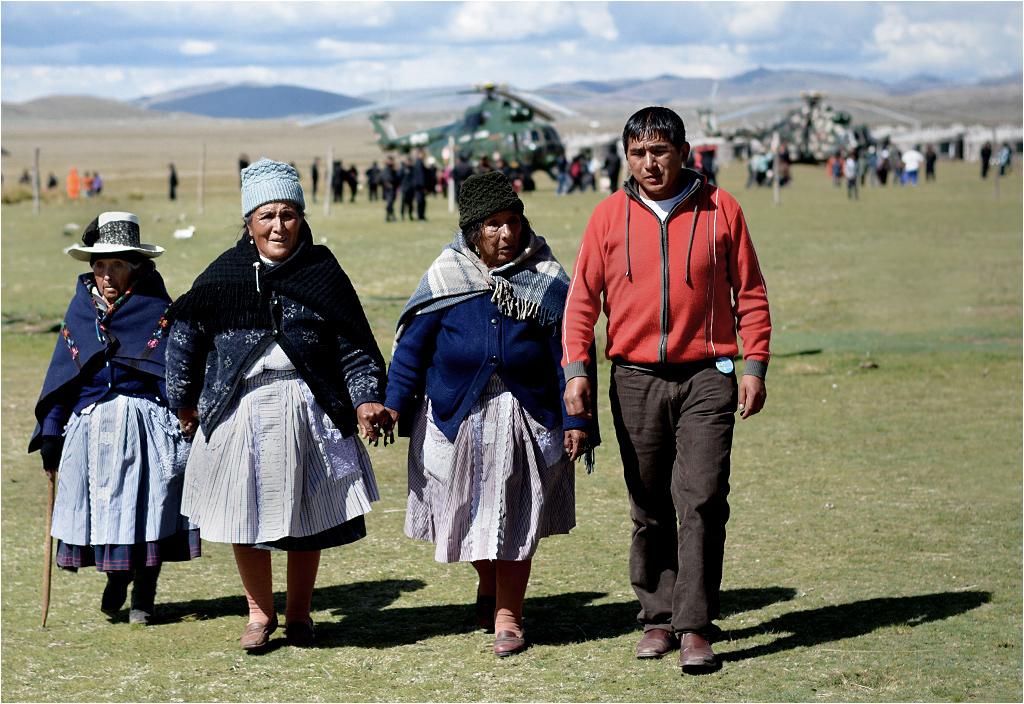 Prezydent Peru przyleciał na płaskowyż pod Cerro de Pasco. Miejscowa rodzina udaje się na wiec wyborczy