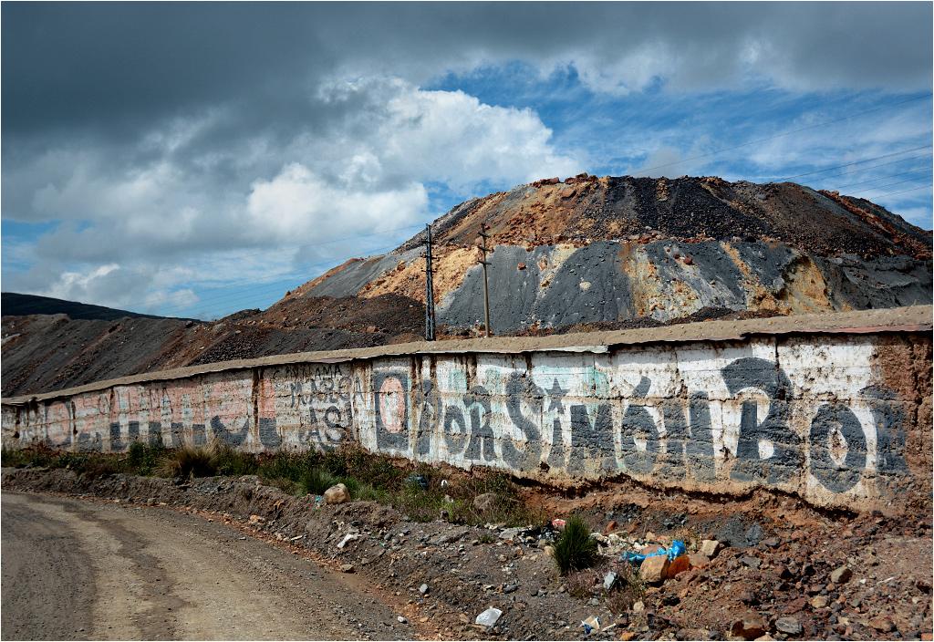 Mur ochraniający kopalnię w Cerro de Pasco cały zapisany jest starymi reklamami wyborczymi
