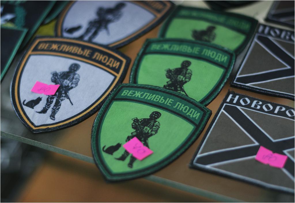 """""""Grzeczni ludzie"""" to rosyjski odpowiednik naszego określenia """"zielone ludziki"""", dotyczącego bojowników w mundurach bez dystynkcji, walczących w Krymie i Donbasie. Od jakichkolwiek związków z nimi odżegnywała się Rosja, choć i tak wszyscy wiedzieli, że to żołnierze regularnej armii rosyjskiej"""