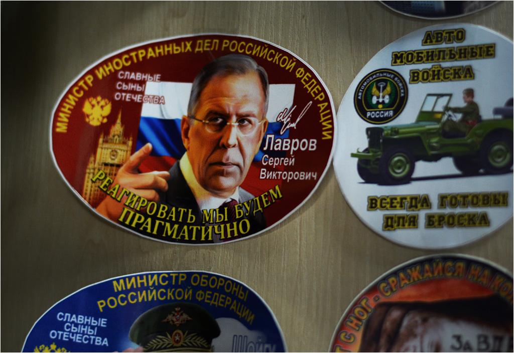 """Seria """"Sławni synowie ojczyzny"""" zawiera między innymi ministra spraw zagranicznych Rosji Sergieja Ławrowa... (kto z Was chciałby go mieć naklejonego koło telewizora?)"""