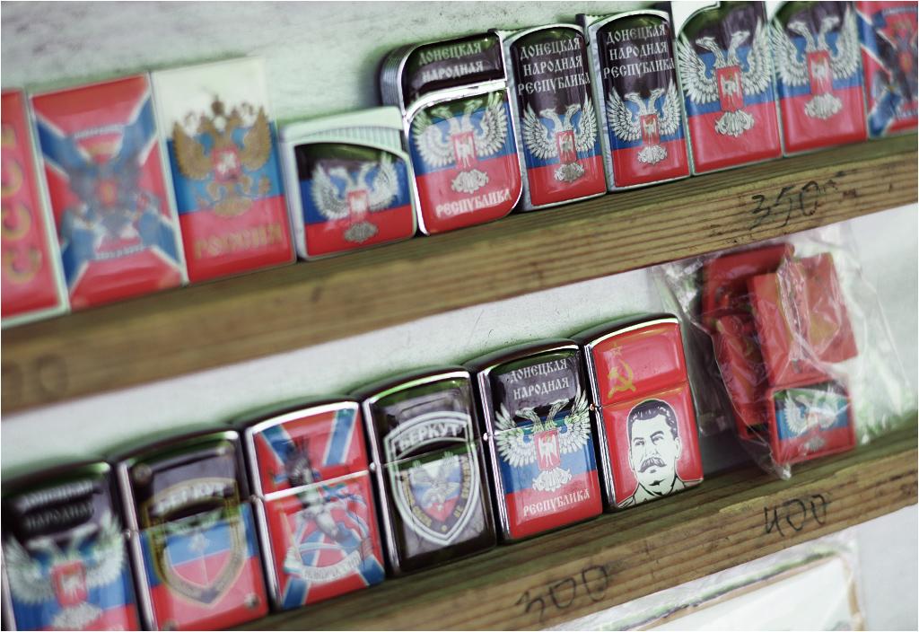 Zapalniczki sprzedawane na targu w Doniecku. Flagi DRL, Rosji, Noworosji, oznaczenie Berkutu (wyspecjalizowanej jednostki milicji ukraińskiej, rozwiązanej po Euromajdanie) i Stalin