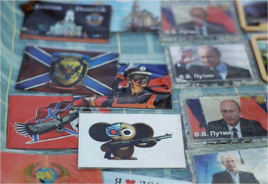 Putin i Czeburaszka z karabinem. Ten bohater radzieckiej kreskówki symbolizuje oddział specjalny zwany Czeburaszkami, który z ukraińskimi Cyborgami toczył wielomiesięczny krwawy bój o donieckie lotnisko. Symbolika obu oddziałów stała się popkulturowo-patriotycznym symbolem zarówno na Ukrainie, jak i w DRL