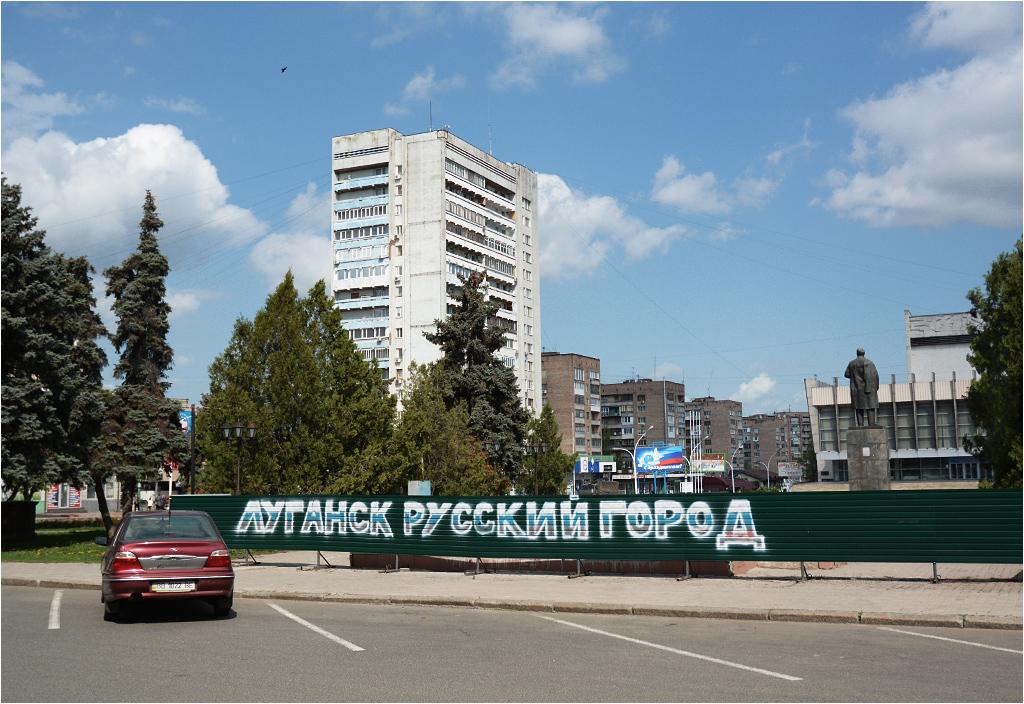 "Centrum Ługańska. Napis na płocie głosi ""Ługańsk to rosyjskie miasto"""