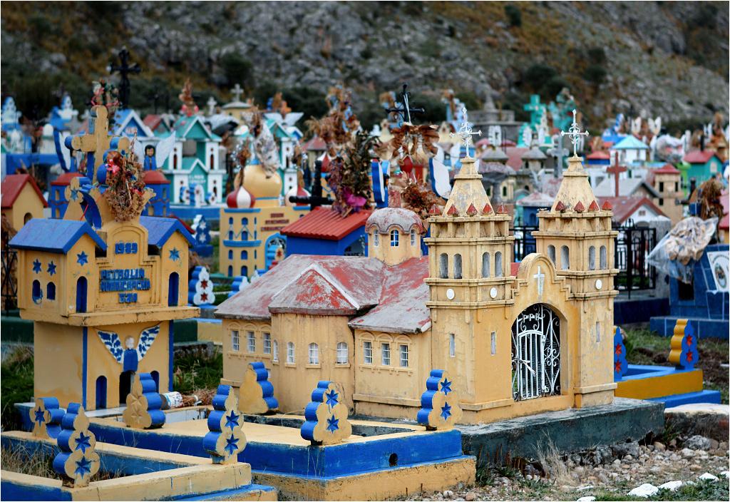 Kolorowy cmentarz-miasto w Ninacaca