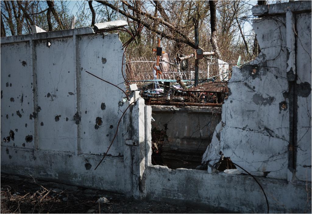 Zniszczony mur cmentarza przy ulicy Stratonautów