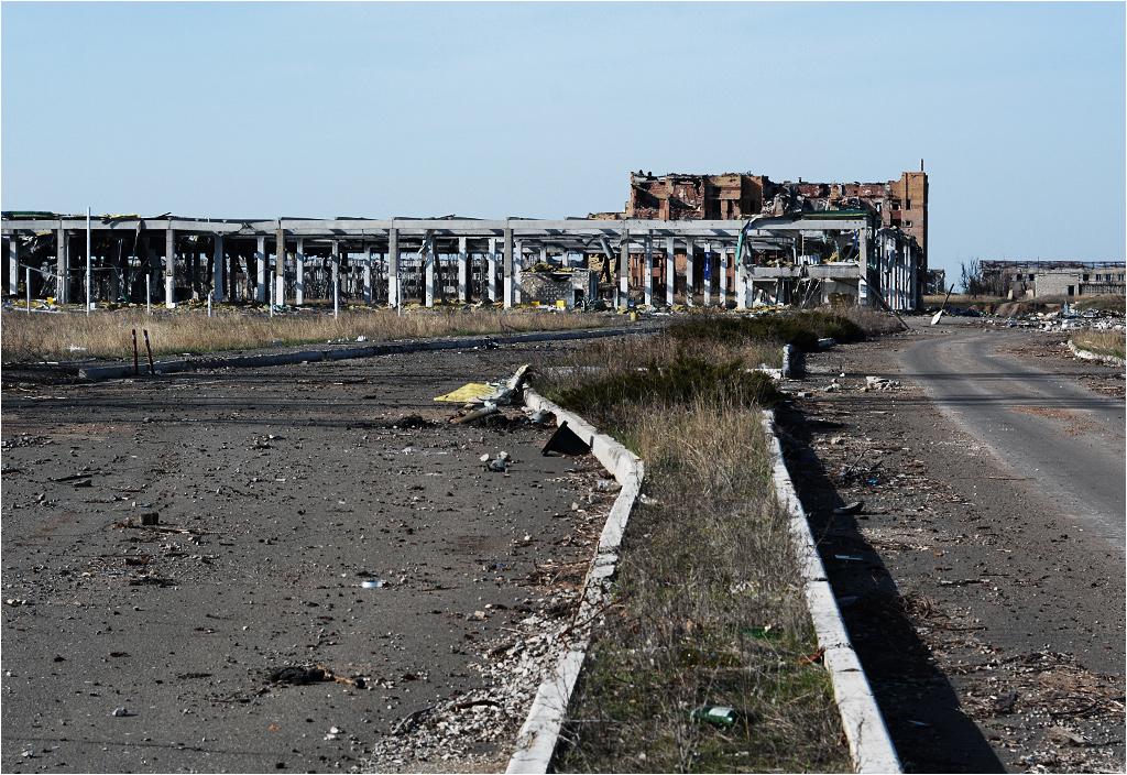 Rzut oka w stronę terminala - na pierwszym planie ruiny supermarketu Metro