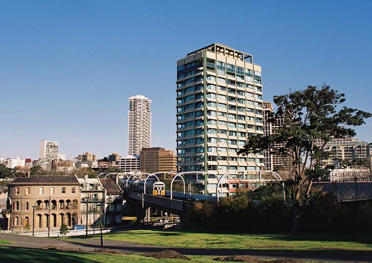 16.08.2006 Pociąg Sydney CityRail na Bondi Line pomiędzy stacjami Kings Cross i Martin Place.