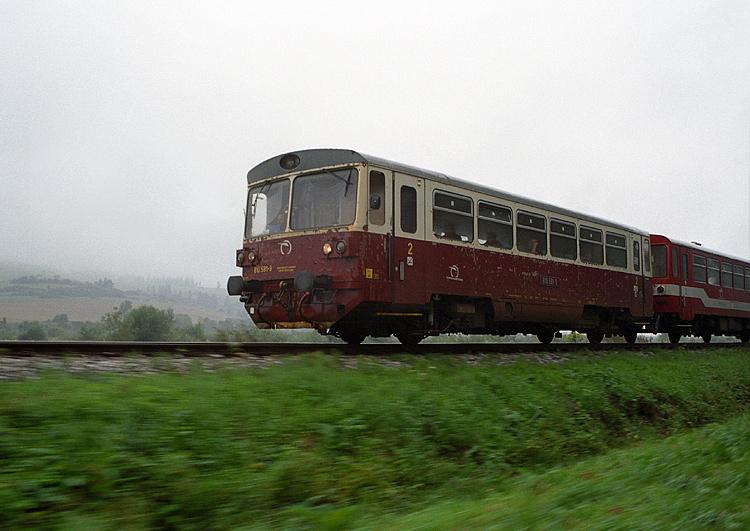 """23.08.2005, Podolinec, Słowacja. W tamtym okresie często uskuteczniałem tak zwane """"ganianki"""" - mama goniła pociąg samochodem, a ja co pewien czas wyskakiwałem i robiłem zdjęcie. To zdjęcie powstało akurat z okna samochodu."""