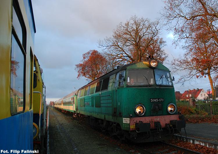 Jesień 2007, gdzieś po drodze z Działdowa do Brodnicy. To zdjęcie nigdy nie znalazło się na WRP, bo w tamtym okresie nie przedstawiało większej wartości. Dzisiaj już jest historycznym rarytasem. Kto by pomyślał, że tak szybko pożegnamy serię SU45?