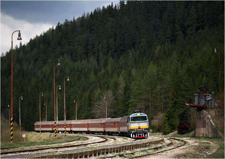 """3.05.2008, Červená Skala, Słowacja. """"Nurek"""" wjeżdża na stację ze słynnym pospiesznym Horehronec."""