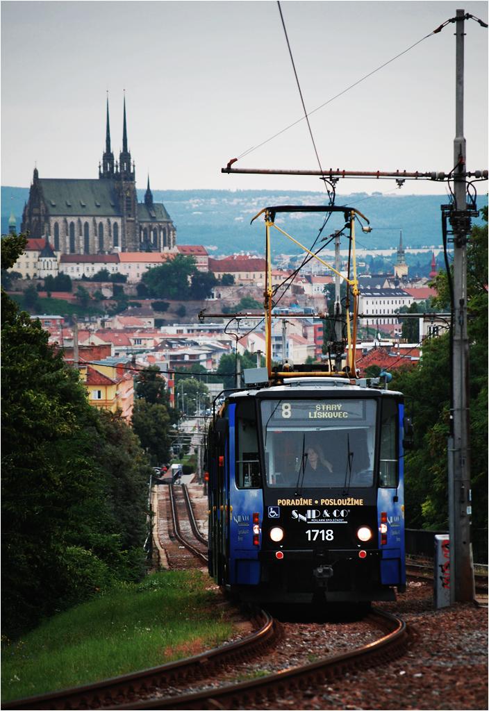 Ósemka w drodze na Starý Lískovec pędzi estakadą, z której rozciąga się panorama na centrum Brna. Nad miastem wyrasta Petrov, czyli katedra pod wezwaniem św. Piotra i Pawła